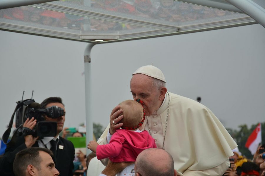 Pope+Francis+kissing+the+forehead+of+a+baby+girl.